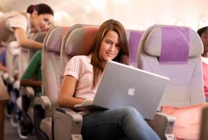 ноутбук в отпуске в самолете